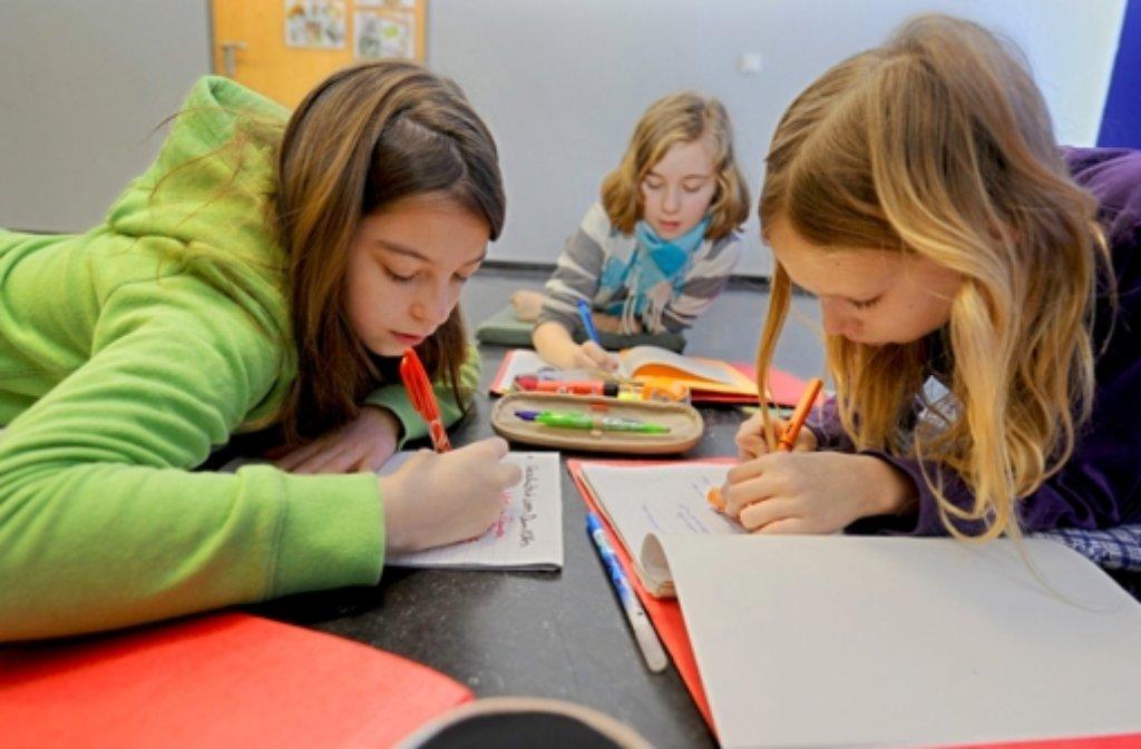 Lesen und Schreiben ist ziemlich gleich geblieben, aber die Art der Vermittlung hat sich an den Schulen zum Teil stark verändert. Foto: dpa
