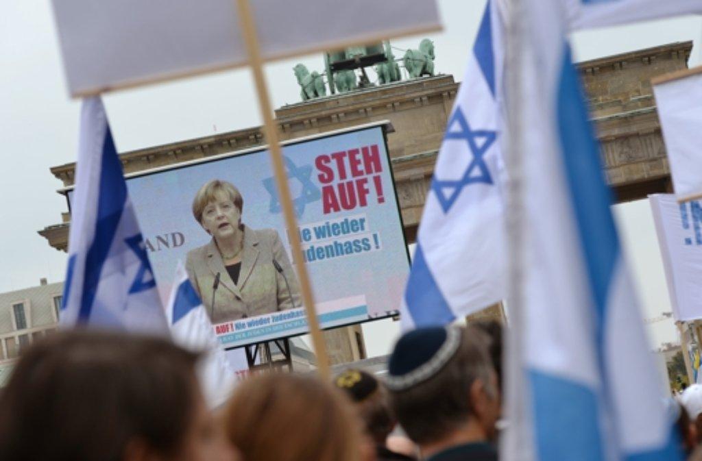 In Berlin haben mehrere tausend Menschen gegen Antisemitismus demonstriert. Weitere Impressionen der Veranstaltung gibt es in der folgenden Bilderstrecke. Foto: dpa
