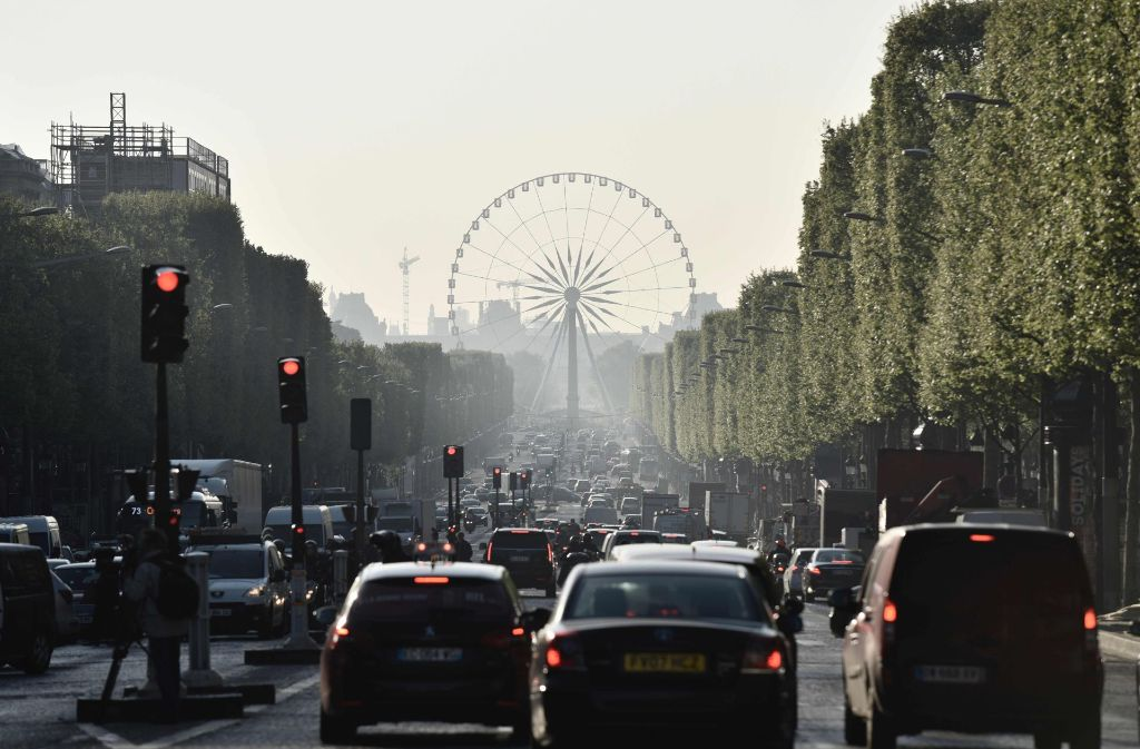 Nach dem Angriff in Paris geht auf der Champs-Élysées alles scheinbar wieder seinen gewohnten Gang. Am Tag nach dem Angriff hat die Polizei weitere Personen vernommen. Foto: AFP