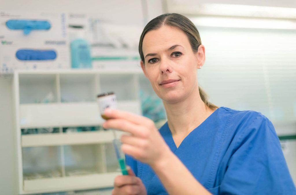 Judith Reuß ist Pflegefachkraft auf einer interdisziplinären operativen Intensivstation im Klinikum Stuttgart. Foto: Klinikum Stuttgart/Max Kovalenko