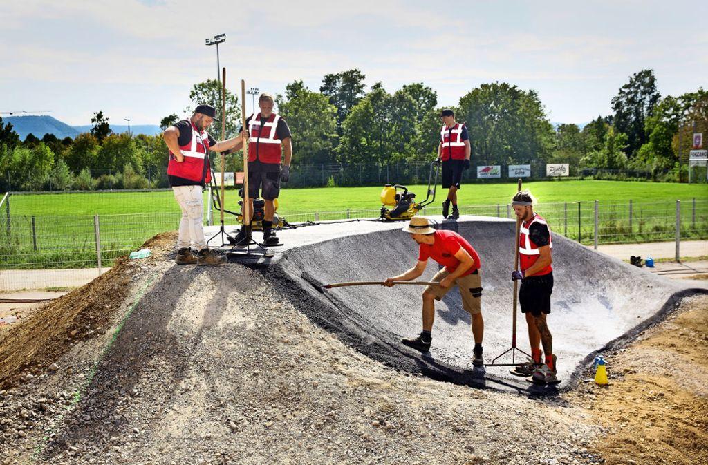 Der Asphalt für das Herzstück der Anlage, die Pumptrack, ist mühsam von Hand aufgetragen worden. Foto: /Horst Rudel