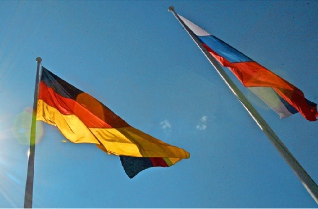 Die deutsche und die russische Fahne ins schönste Licht getaucht: reibungsfrei sind die Beziehungen beider Länder aber nicht. Foto: dpa