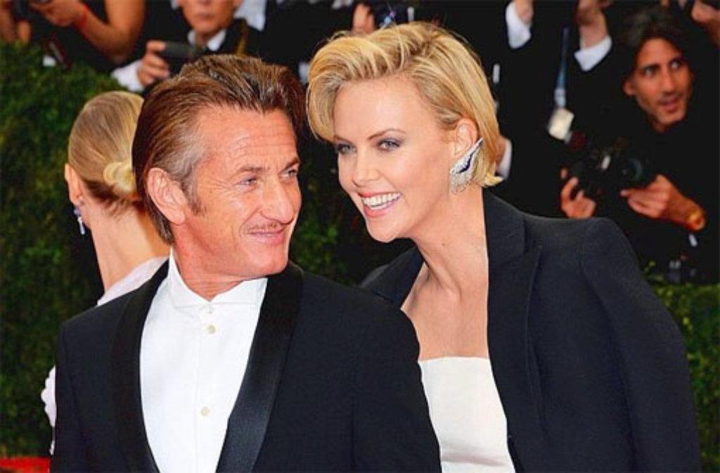 Zeigten sich beim Met-Ball in New York zum ersten Mal in der Öffentlichkeit: Die frisch verliebten Hollywood-Stars Sean Penn und Charlize Theron. Weitere Bilder von der Party des Jahres in den USA gibt es hier - klicken Sie sich durch! Foto: dpa