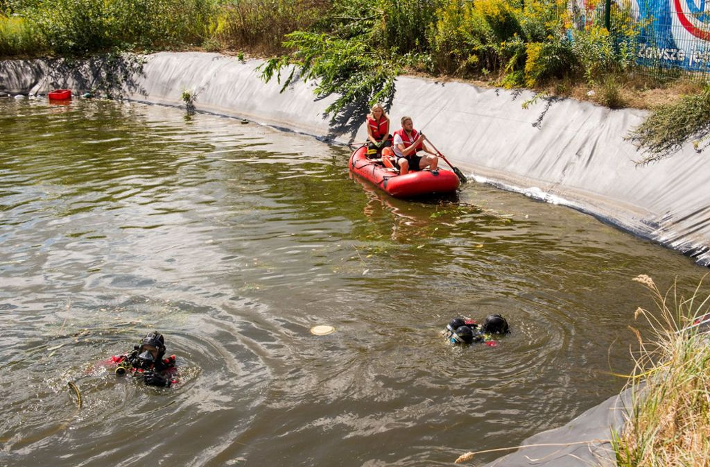 Zwei Kinder sind in Glinde in Schleswig-Holstein in ein Regenrückhaltebecken gefallen und gestorben. Foto: dpa