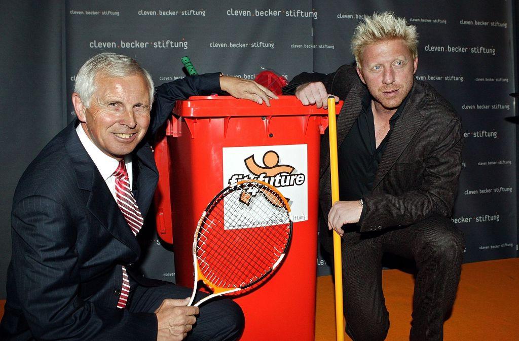 Ein Foto aus besseren Tagen: Die früheren Geschäftspartner Cleven (links) und Becker werben 2005 in München für ihre gemeinsame Stiftung. Foto: dpa