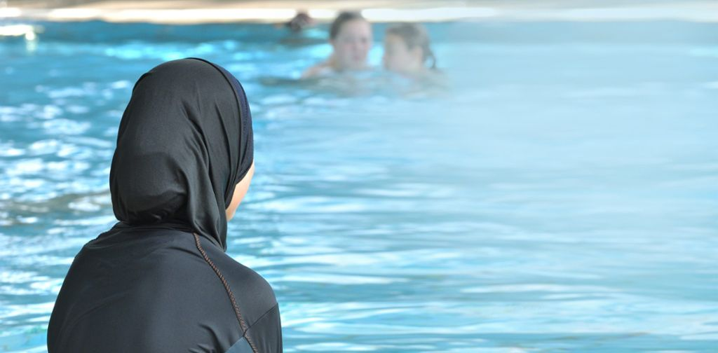 Der Burkini als Badebekleidung für muslimische Frauen und Alternative zum westlichen Badeanzug oder Bikini ist in deren Alltag längst angekommen. (Symbolfoto) Foto: dpa