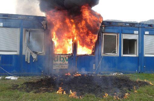 Flammen zerstören Wohncontainer von Obdachlosen