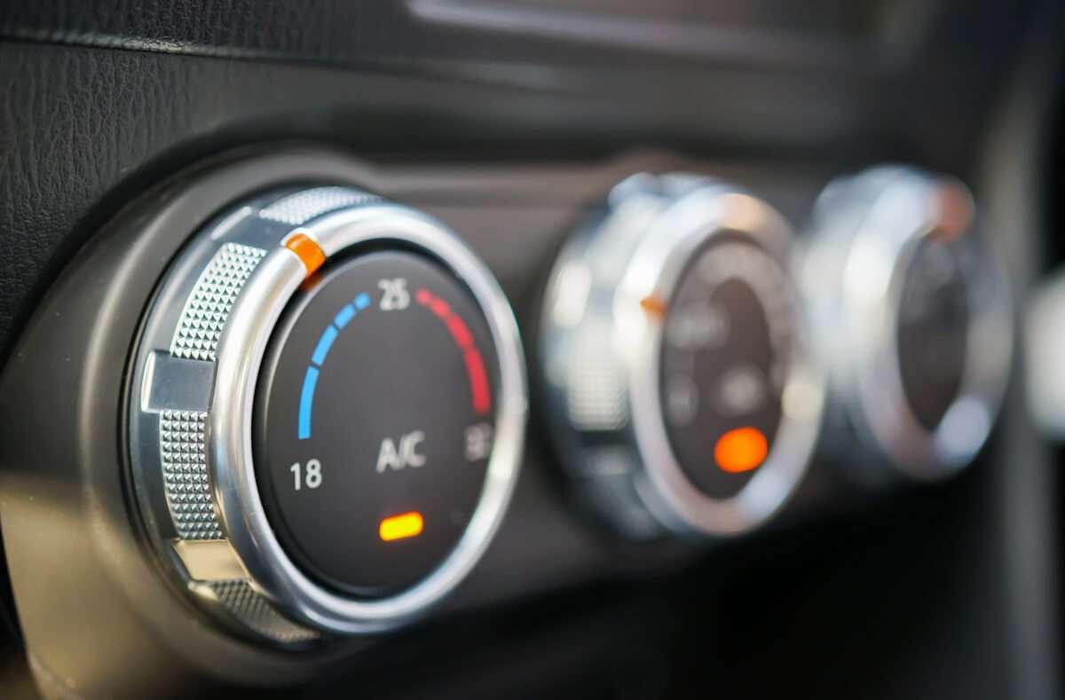 Die Klimaanlage im Auto sollte auch im Winter genutzt werden. In diesem Artikel verraten wir Ihnen die Gründe. Foto: BlueBoeing / Shutterstock.com