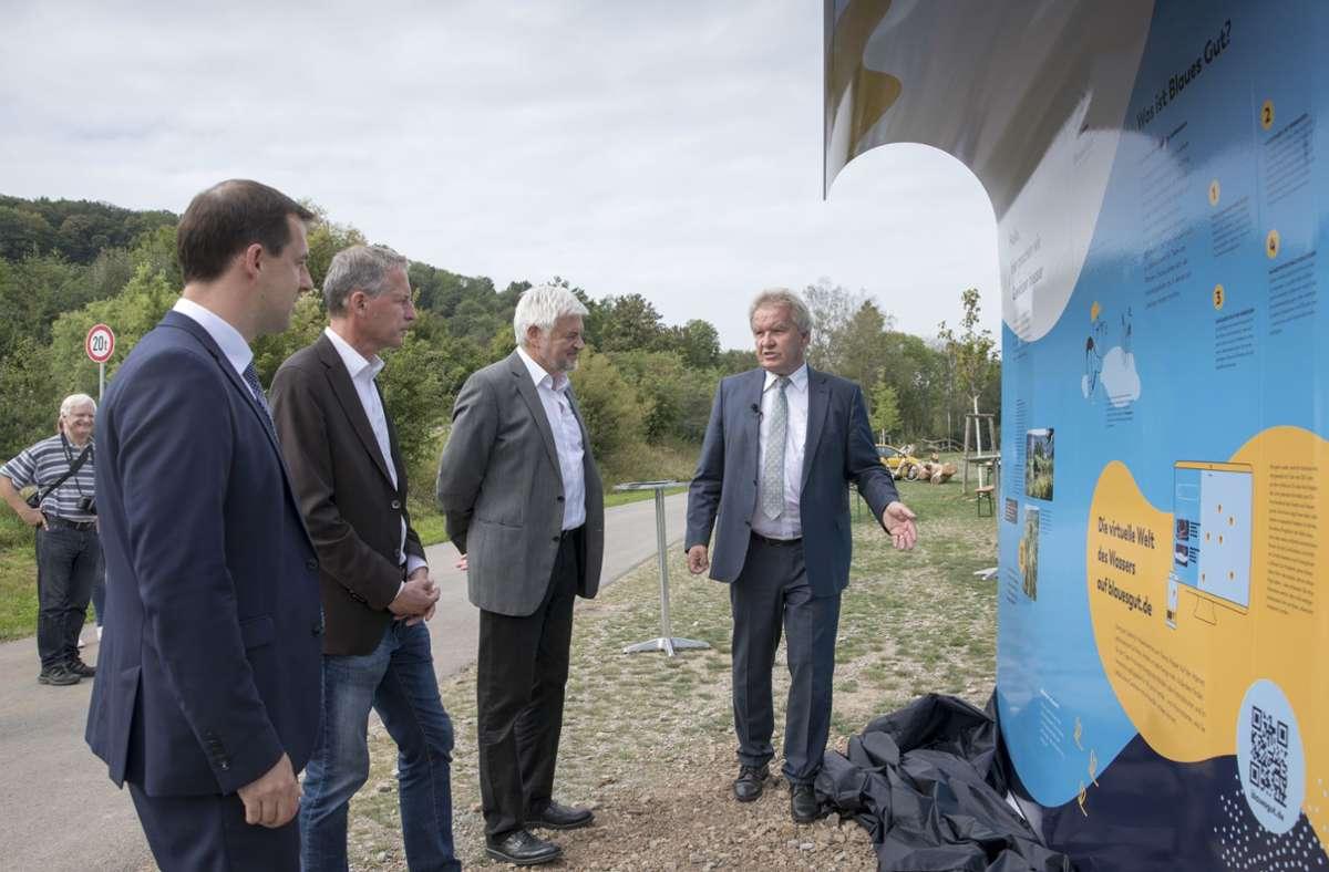 Franz Untersteller und Wolfgang Reimer (von rechts) erläutern eine der Infotafeln an der Rems. Foto: Frank Eppler