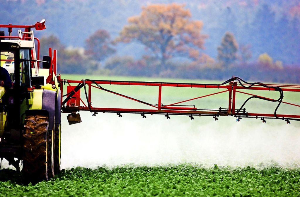 Kann man auf Spritzmittel nicht einfach verzichten? Hier teilen sich die Meinungen unter Landwirten. Foto: dpa/Patrick Pleul