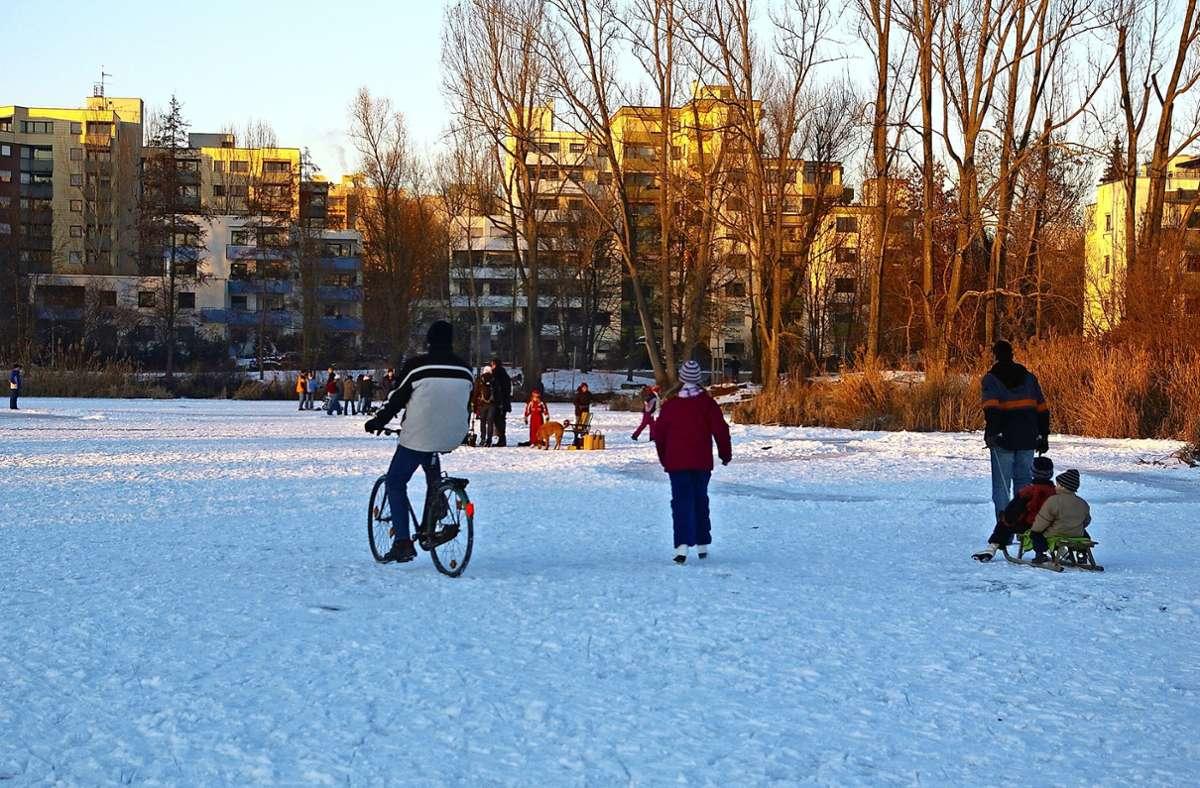 Nicht nur mit Schlittschuhen, sondern auch mit anderen Gefährten sind die Menschen auf dem See unterwegs, wenn dieser im Winter zugefroren ist. Das ist gefährlich, warnt die Stadt. Foto: Archiv Alexandra Kratz