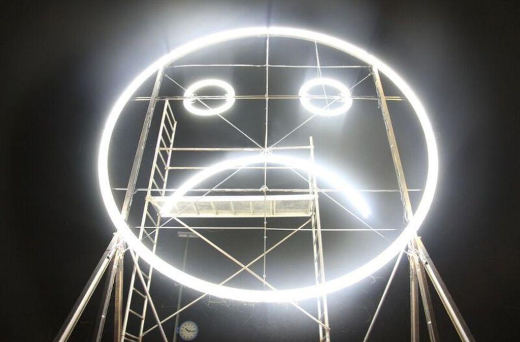 Die Lichtinstallation des Künstlertrios Julius von Bismarck, Benjamin Maus und Richard Wilhelmer verrät, wie gerade die Stimmung auf dem Stuttgarter Flughaften ist. Foto: Felix Rundel
