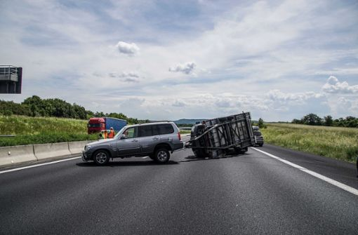 Fahrzeuggespann kippt um – Autobahn kurzzeitig gesperrt