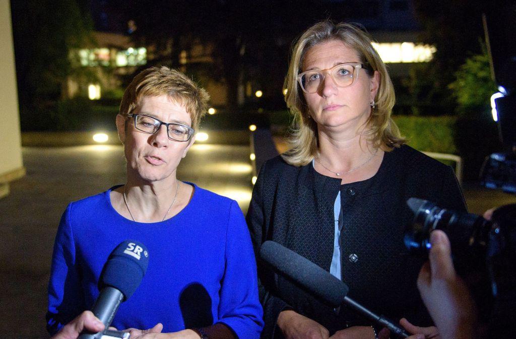 Annegret Kramp-Karrenbauer, saarländische Ministerpräsidentin und CDU Landesvorsitzende (l), und Anke Rehlinger, Wirtschaftsministerin und stellvertretende Landesvorsitzende der SPD Foto: dpa