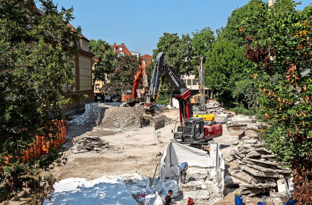 Bagger schaffen die letzten Brocken vom alten Betonbau weg. Foto: factum
