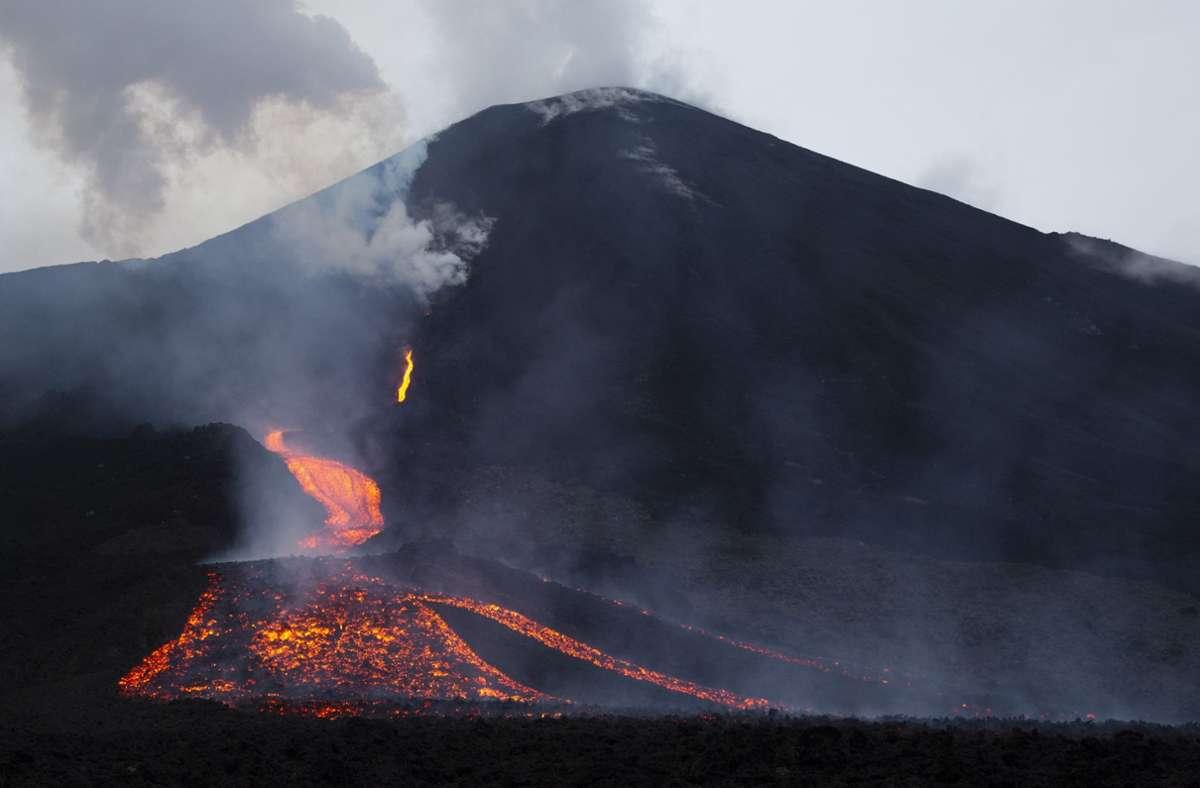 Glühende Lavaströme fließen den Vulkan in Guatemala hinunter. Foto: dpa/Moises Castillo