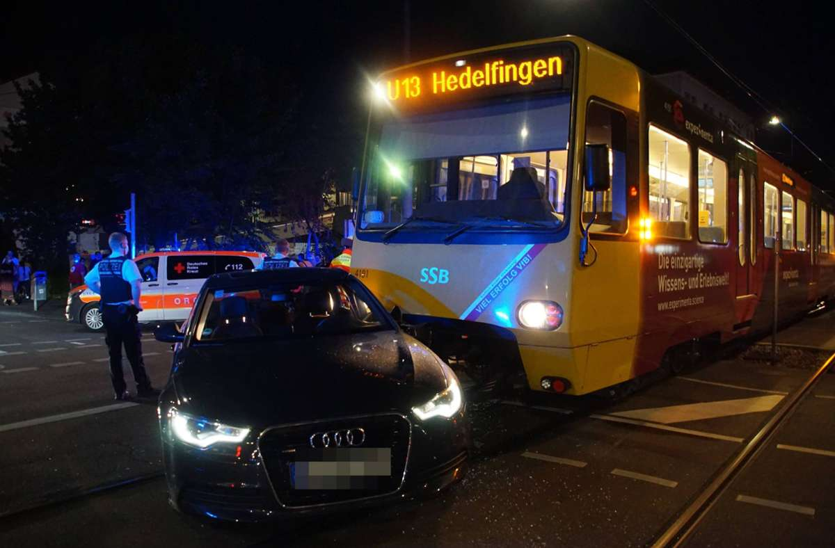 Übersehen – die Stadtbahn konnte nicht mehr rechtzeitig halten. Es kam zum Unfall in Bad Cannstatt. Foto: 7aktuell.de/Andreas Werner/7aktuell.de | Andreas Werner