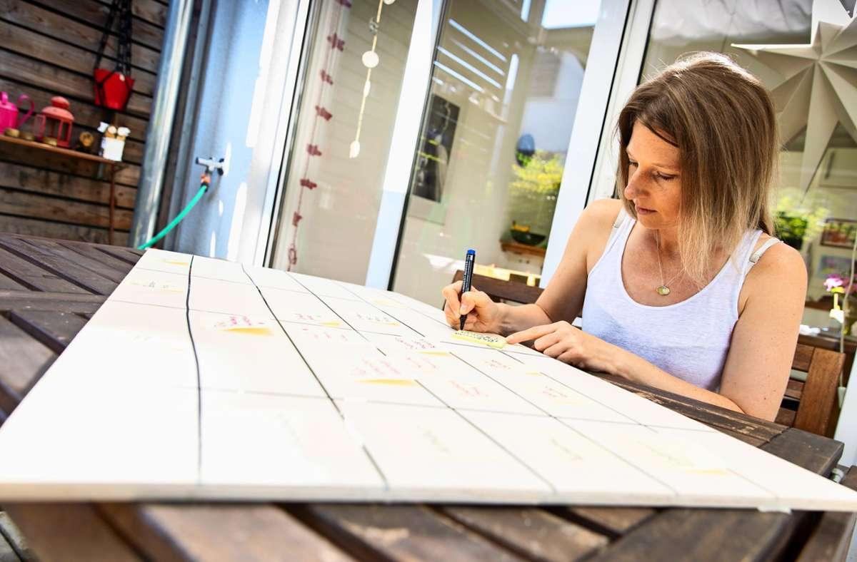 Was gibt es zu tun? Laura Fröhlich bei der Familienalltagsplanung. Foto: