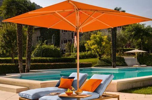 """Unerlässlich: ein guter Sonnenschutz. Mit dem Sonnenschirm """"Klassiker"""" bietet Weishäupl eine große Auswahl an Formen, Größen und Farben. Eines haben aber alle Varianten gemeinsam: Den Flaschenzug am Holzgestell, mit dem sich der Schirm einfach öffnen und schließen lässt."""