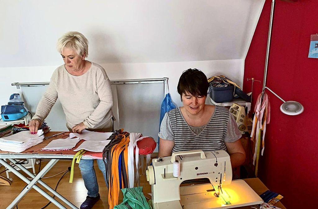 Uschi Bayer (li.) und Sarita Karle sind zwei von etlichen Ehrenamtlichen, die derzeit  im Akkord Gesichtsmasken herstellen. Foto: z/privat