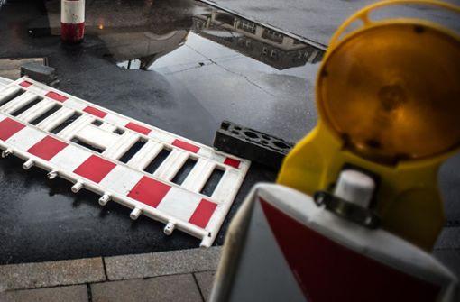 Baustellenabsperrungen fallen  auf Autos