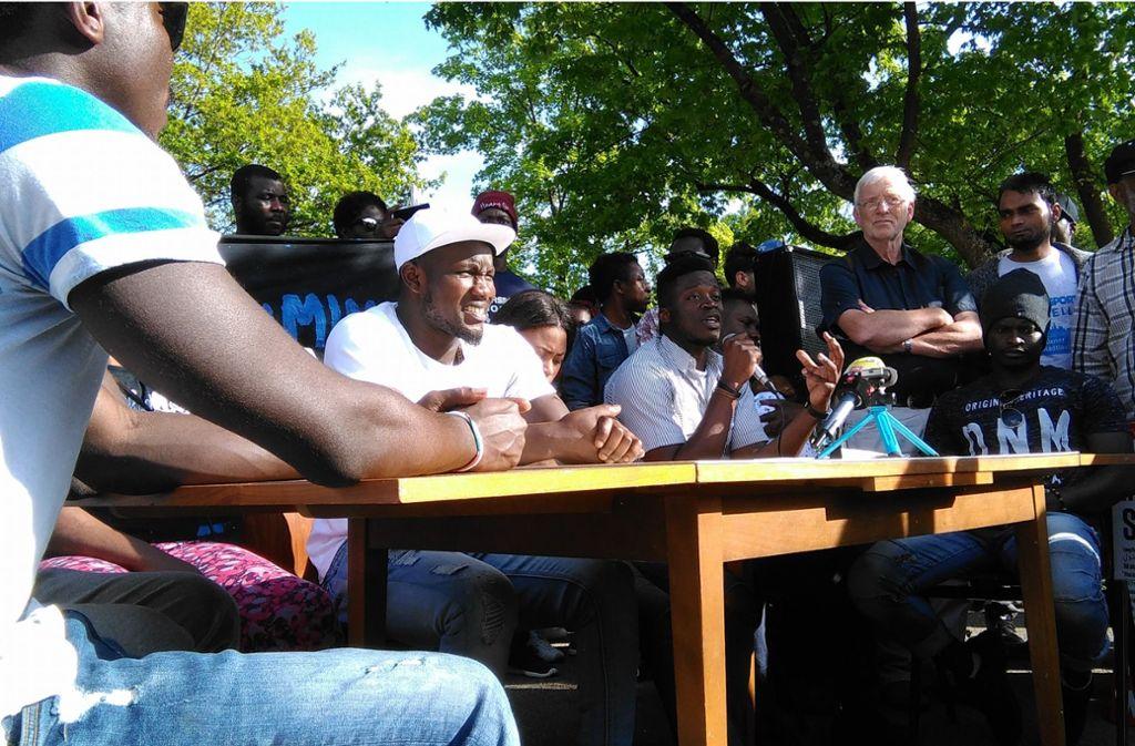 Pressekonferenz anlässlich der friedlichen Flüchtlingsdemonstration in Ellwangen. Und mittendrin:  Alassa M. Foto: Wein