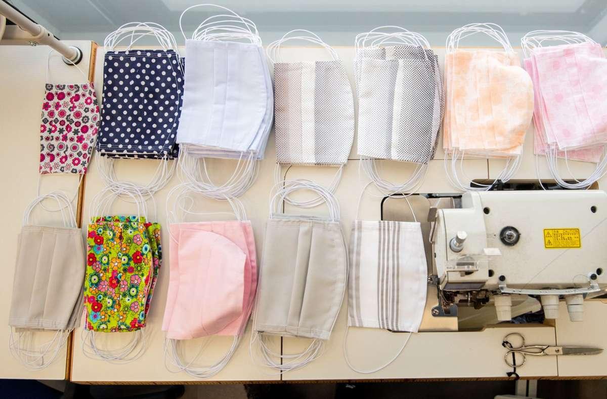 Selbstgenähte Baumwollmasken filterten je nach Zahl ihrer Stofflagen und Falten immer noch zwischen 70 und 90 Prozent der Tröpfchen.(Symbolbild) Foto: dpa/Julian Stratenschulte