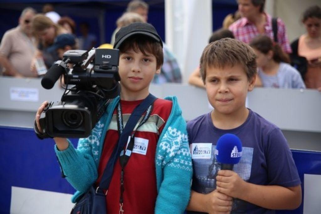 Bei Sonnenschein konnten sich die Kinder auf dem Kinder- und Jugendfestival austoben. Doch im Medienzelt von stuggi.tv wurde es ernst: Jungreporter zogen los und führten Interviews. Foto: www.7aktuell.de/Florian Gerlach