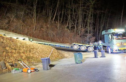 Schwerlast-Tieflader blockiert Grabenstetter Steige