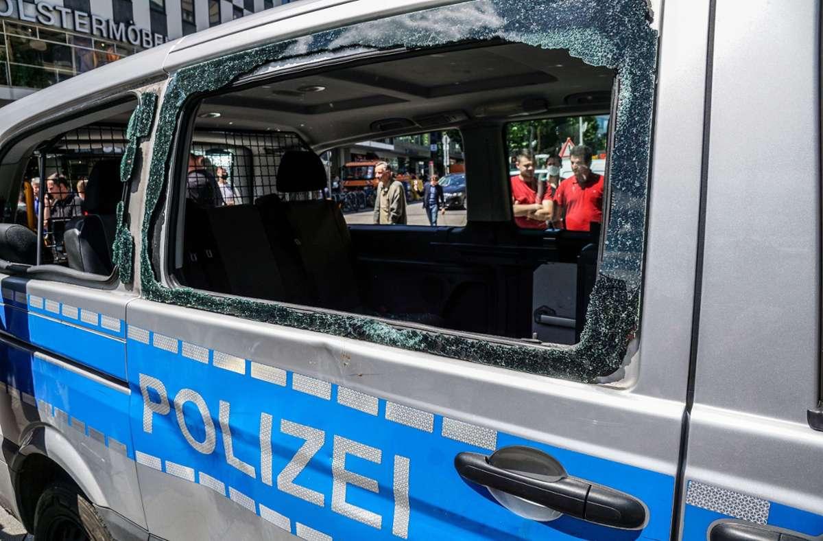 """Ein demoliertes Polizeiauto – der Ärger der Beamten ist vielleicht verständlich, die Täter pauschal als """"Kanaken"""" zu bezeichnen, könnte für einen Polizisten jetzt aber Konsequenzen haben. Foto: SDMG/SDMG / Kohls"""