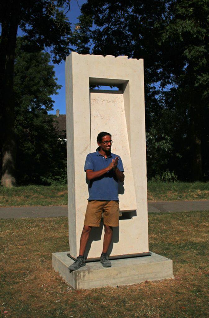 Tareq Alghamian neben seiner Arbeit. Foto: Kulturforum
