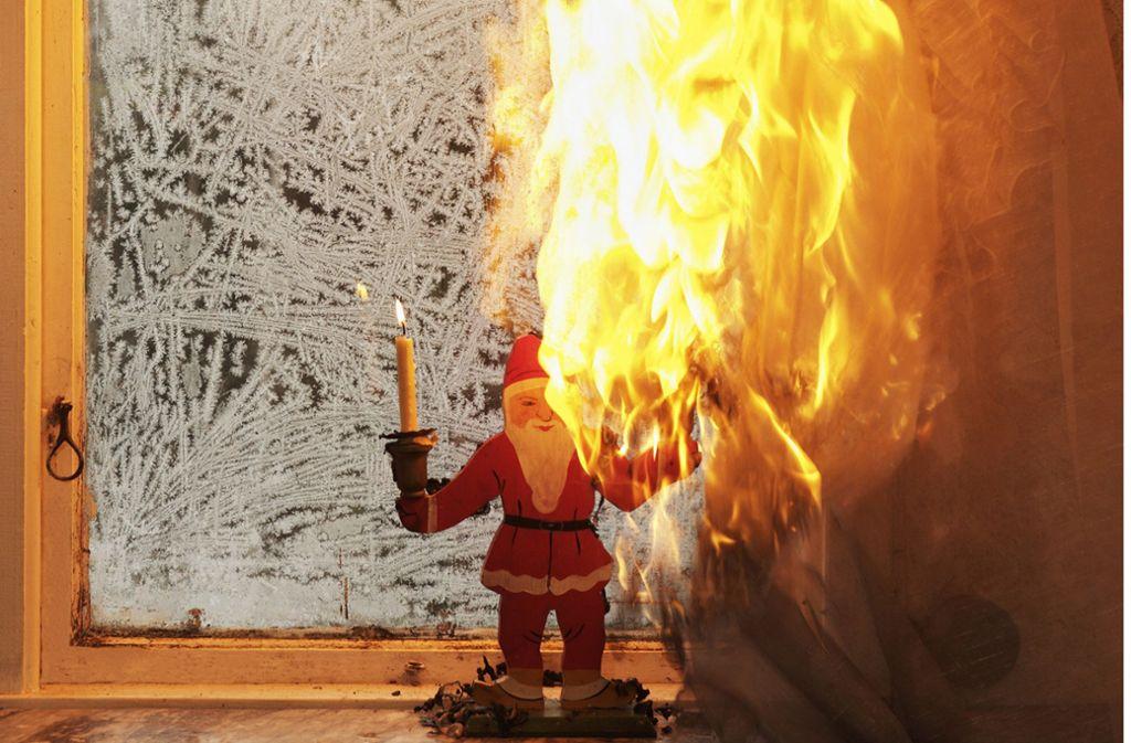 Vorhang in Flammen - Im Advent kommt es häufiger zu Bränden. Foto: DVAG Deutsche Vermögensberatung