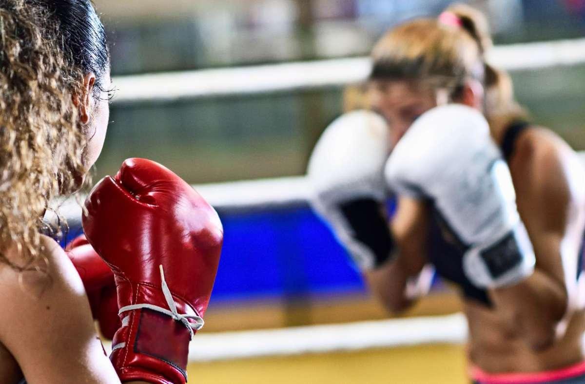 Unser Symbolbild zeigt zwei Boxerinnen: Vorwürfe der sexualisierten Gewalt gegen Athletinnen gibt es derzeit im olympischen Boxen in Baden-Württemberg. Foto: imago /Javier Sanchez Mingorance