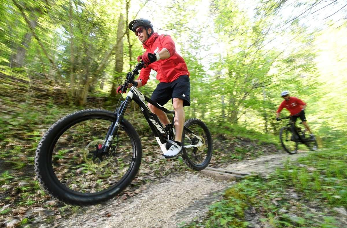 Der Sturz nach vorne ist beim Mountainbiken  die häufigste und gefährlichste Unfallursache, da die Geschwindigkeit bergab meist deutlich höher ist (Symbolbild). Foto: Tobias Hase/dpa