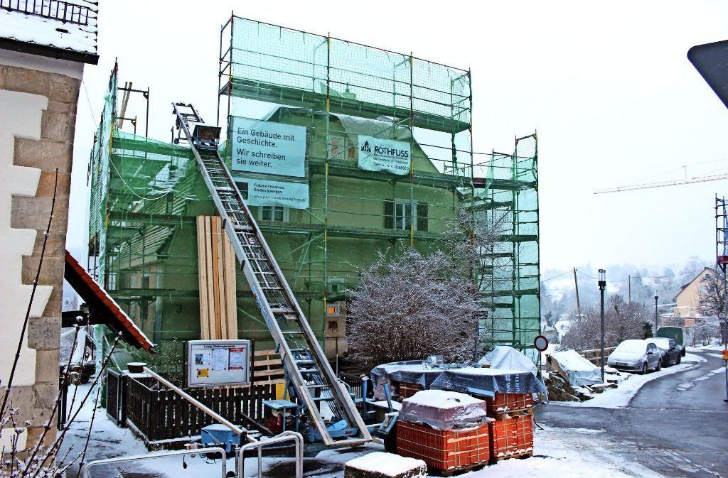Baustelle Pfarrhaus: Wegen der Witterung ziehen sich die Arbeiten hin. Foto: Holowiecki