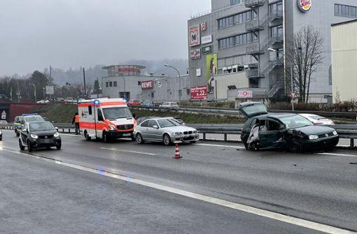 Lkw drückt Auto in Leitplanke – Kollision führt zu langem Stau