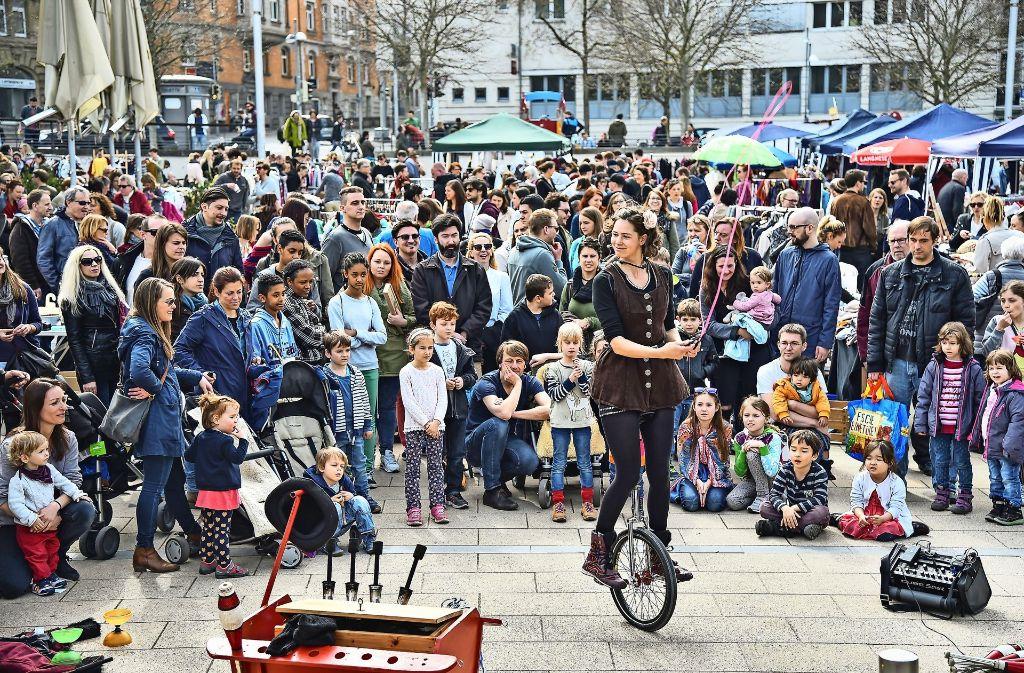 Bei Straßenfesten sammeln sich schnell viele kleine und große Zuschauer um die Gauklerin. Foto: Scheib