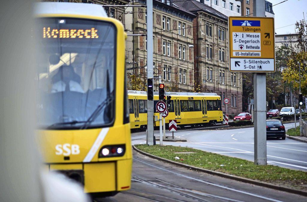 Wer in den vergangenen Tagen an der Haltestelle Olgaeck auf eine Stadtbahn wartete, wurde alle 15 Minuten über die Maskenpflicht in öffentlichen Verkehrsmitteln und Hygieneregeln informiert. Foto: /Max Kovalenko