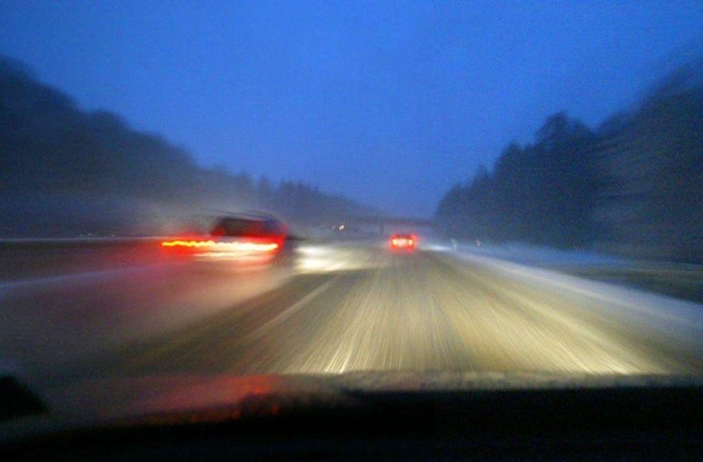 Am Mittwochmorgen krachte es auf der schneebedeckten Autobahn 8 bei Hohenstadt. Foto: dpa/Symbolbild