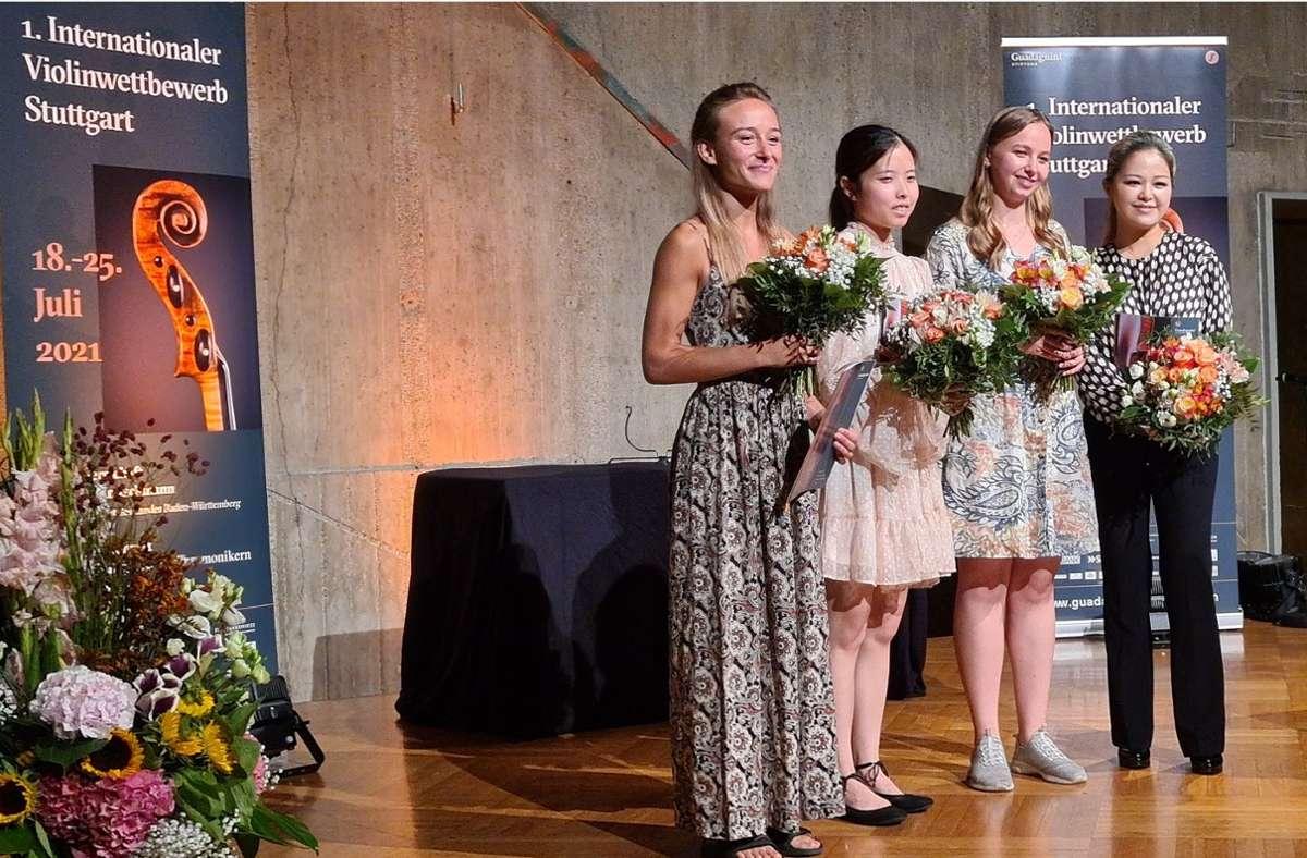 Das sind die strahlenden Preisträgerinnen des Stuttgarter Violinwettbewerbs (von links): die Dänin Anna Agafia Egholm (3. Preis), die US-Amerikanerin Hana Chang (2. Preis), die Ukrainerin Eva Rabchevska (1. Preis) und  die Südkoreanerin Gyehee Kim (4. Preis). Foto: VWS/VWS
