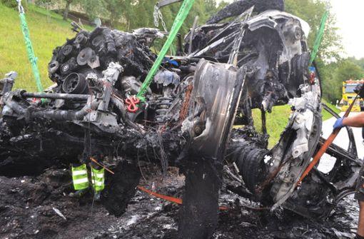 Totalschaden – Auto brennt auf Landstraße komplett aus