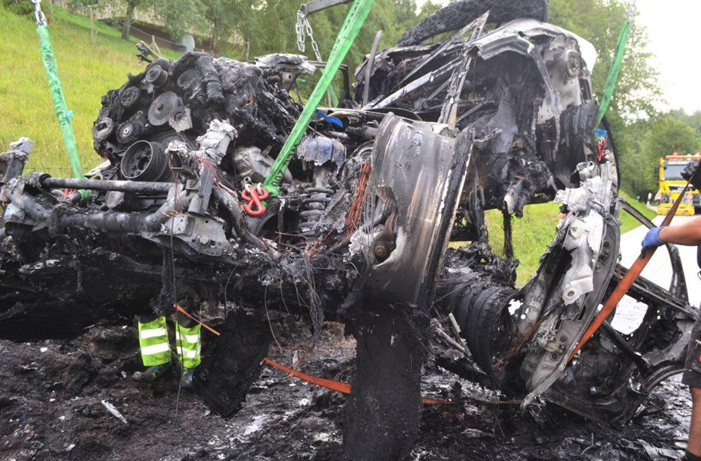 Totalschaden: Ein Auto ist nahe Engelsbrand in Brand geraten. Foto: 7aktuell.de/ igm