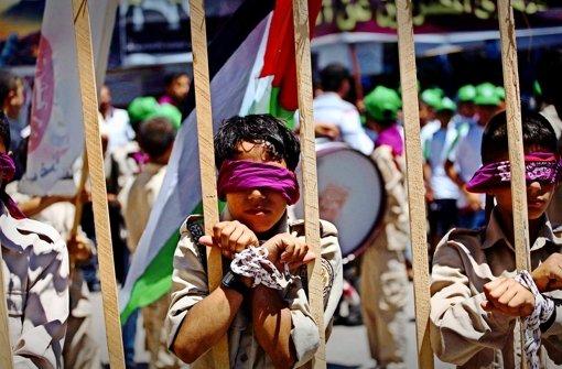 Protestaktion mit  Kindern in Gaza: Sie unterstützen hungerstreikende Palästinenser, die in israelischen Gefängnissen einsitzen. Foto: AP, Getty, Inge Günther