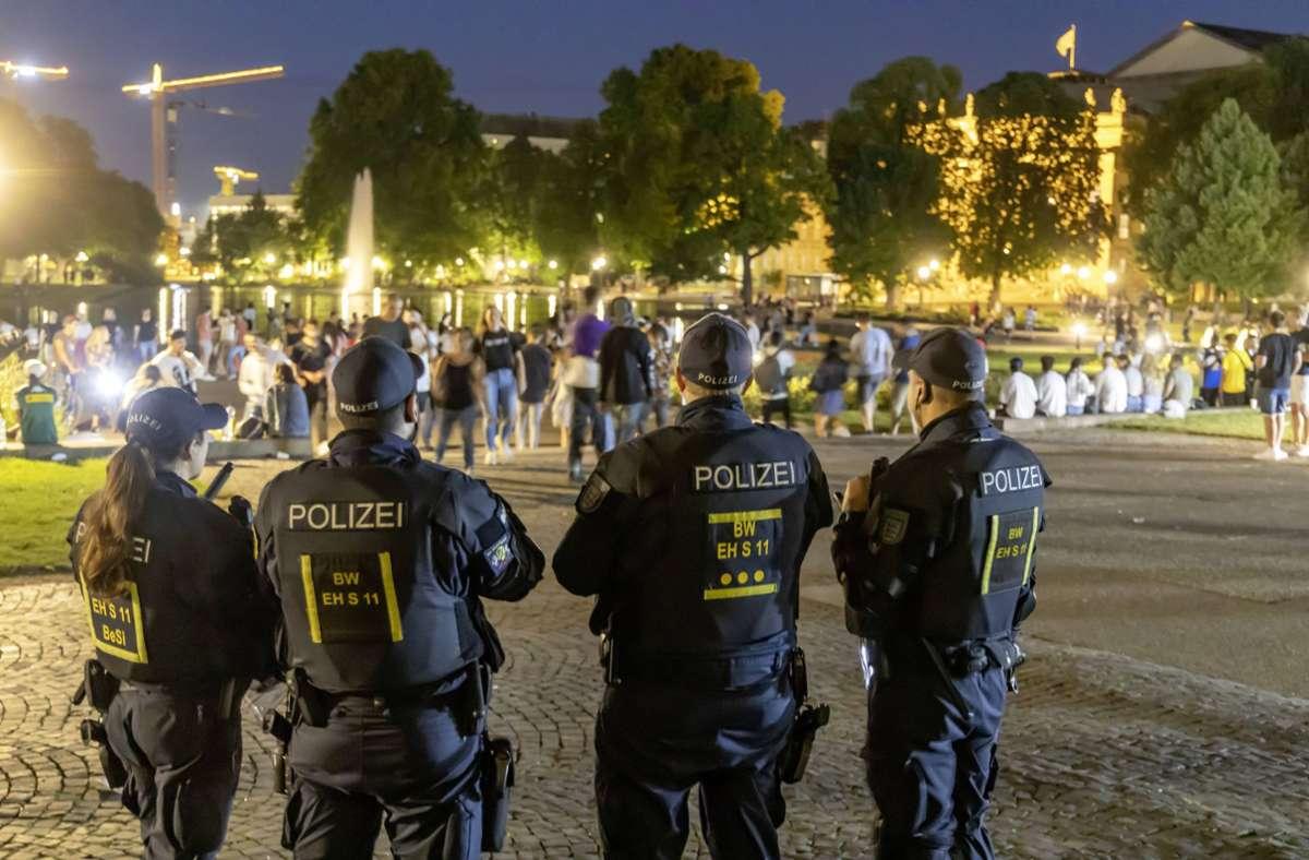 Massives Polizeiaufgabe am Eckensee in Stuttgart: Nach der Randale in der Innenstadt beginnt die Diskussion um Konsequenzen. Foto: imago images/Arnulf Hettrich