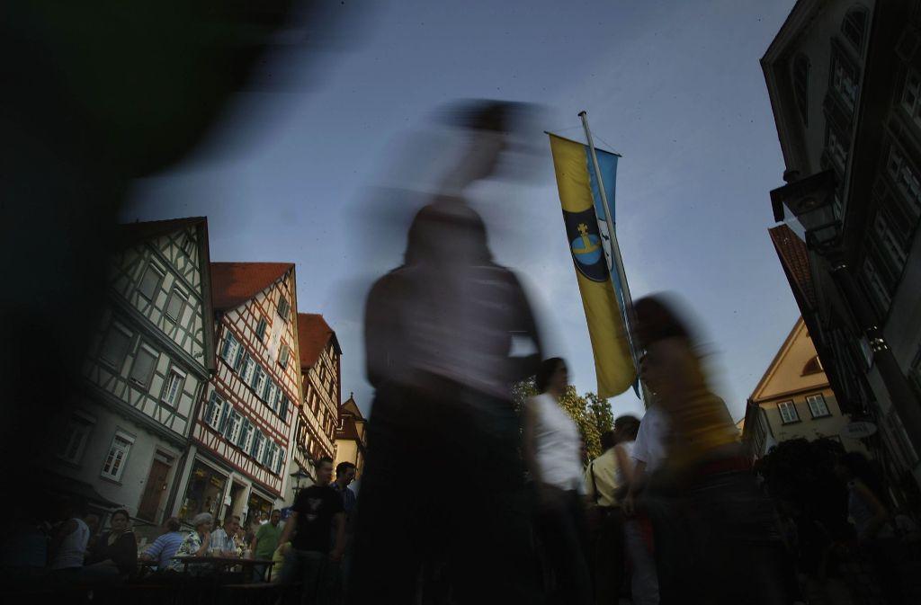 Das 47.Backnanger Straßenfest wird am Freitagabend  auf dem Marktplatz eröffnet, mit 47 Böllerschüssen. Foto: Stoppel/Archiv
