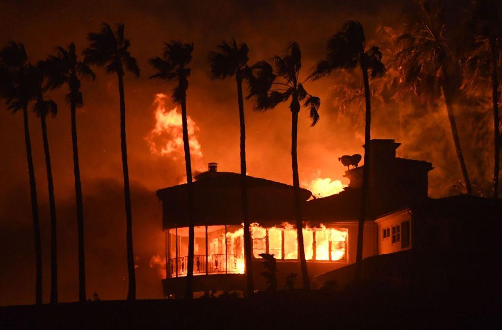 Im Küstenort Malibu sind mehr als 6000 Wohnhäuser zerstört worden, etwa 15.000 Gebäude sind weiter bedroht. Foto: AFP