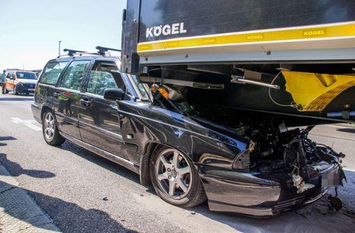 Autofahrer prallt auf B10 in Lastwagen – Feuerwehr im Einsatz