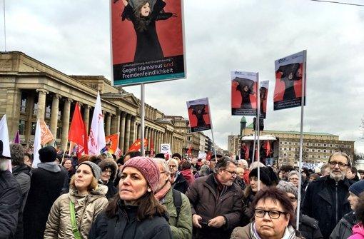 Auf dem Schlossplatz haben tausende Menschen gegen Rassismus demonstriert. Foto: Knut Krohn