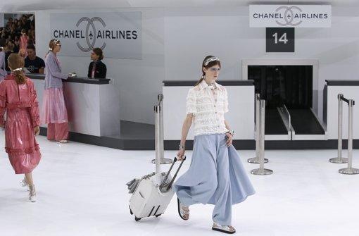 Futuristische Fashion am Flughafen