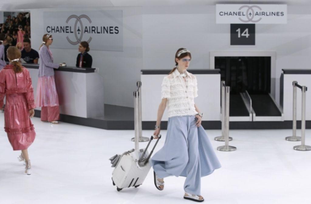 Auch die neue Kollektion von Karl Lagerfeld für Chanel ist mal wieder zukunftsweisend: In einer futuristischen Location zeigte er am Dienstag seine neusten Kreationen in Paris – klicken Sie sich durch unsere Bildergalerie. Foto: AP